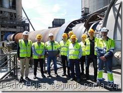 Pedro Hojas, segundo por la izquierda, acompañado de directivos de la planta, los delegados sindicales del Comité de Empresa y representantes de MCA en el Bierzo y Castilla y León